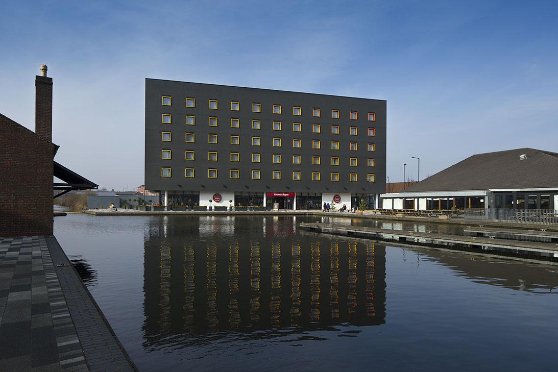 黒外観 ホテルデザイン