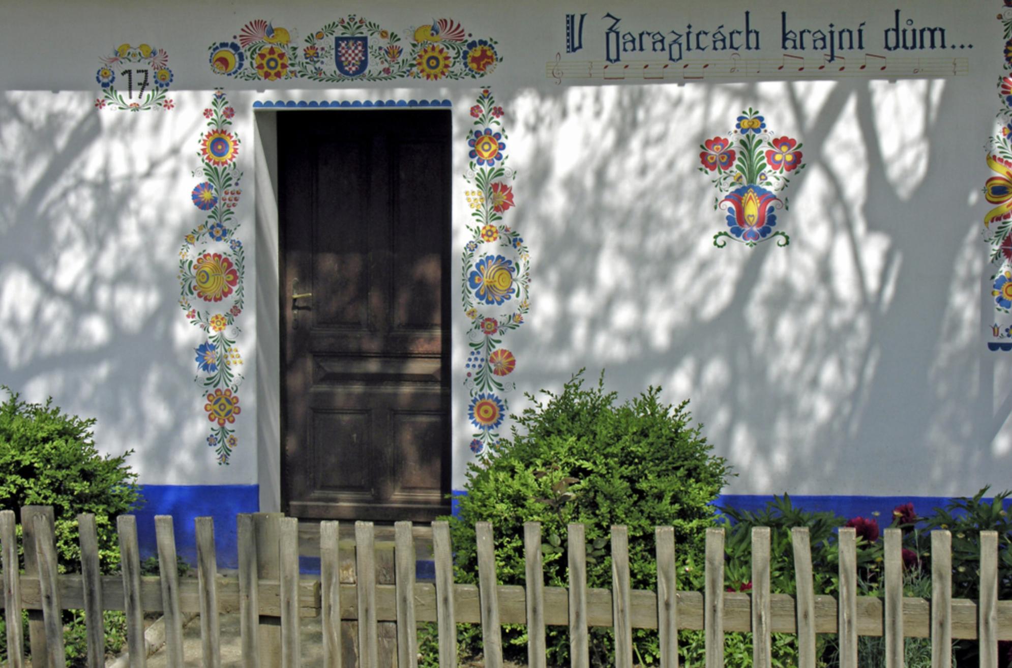 花柄を外壁にペイントした住宅